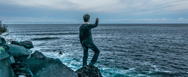 An der Küste schlugen sich zur Blauen Stunde riesige Wellen.