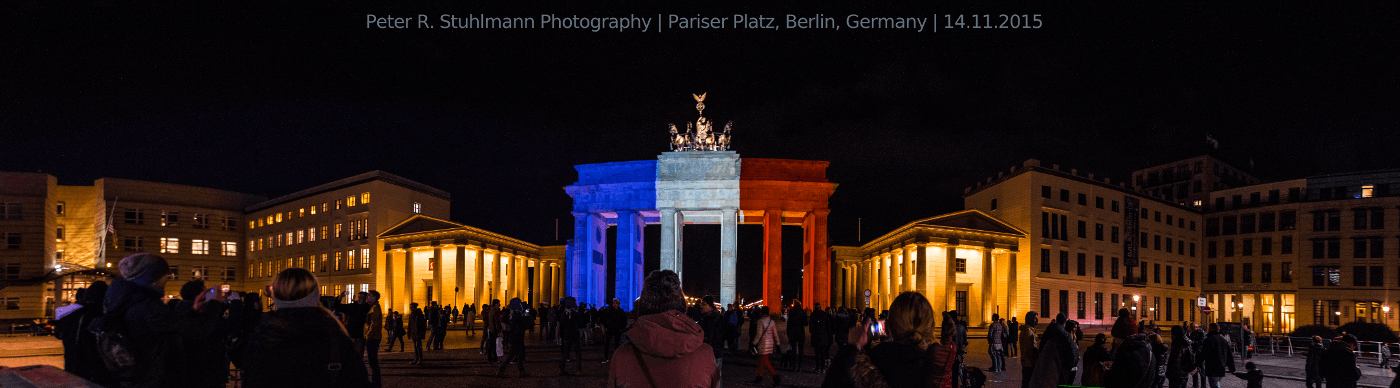 Das Brandenburger Tor am Pariser Platz erstrahlt in den Farben der Tricolore.