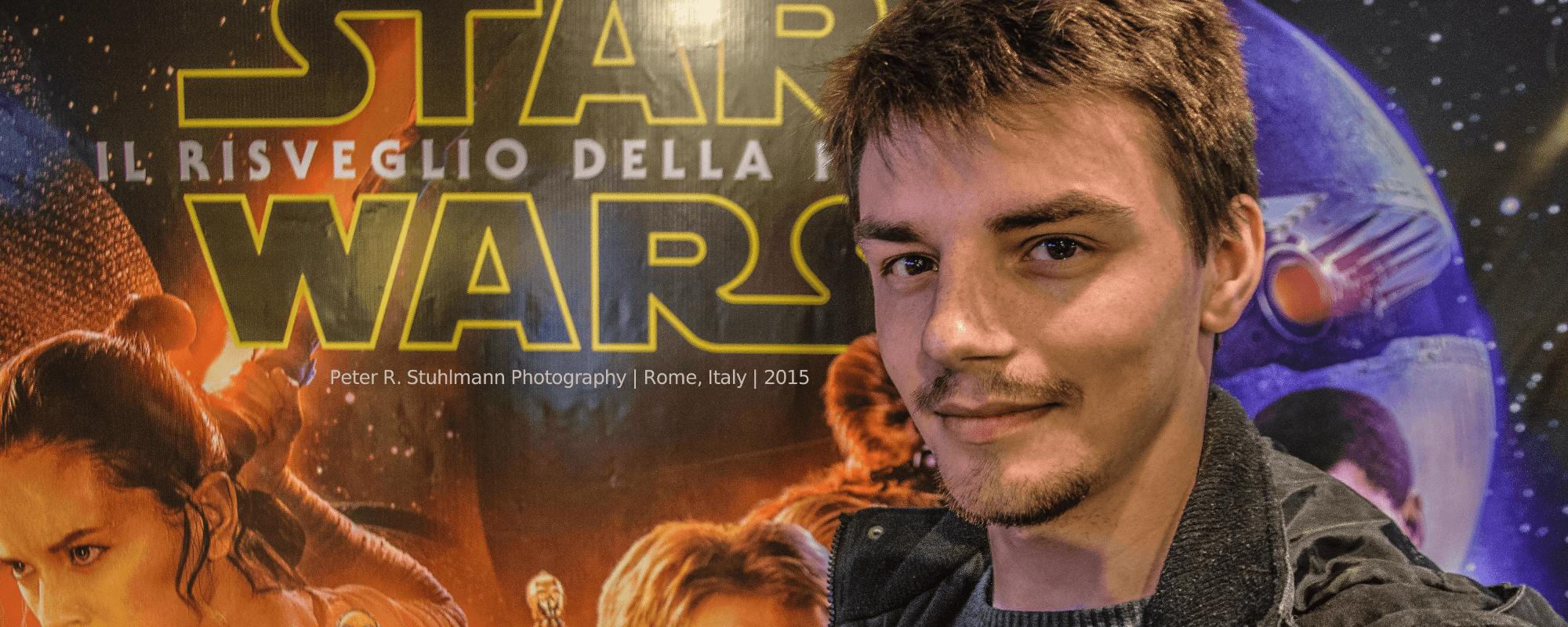 """Im Foyer des Kinos am Piazza della Repubblica vor dem Filmplakat der siebten STar-Wars-Episode """"Das Erwachen der Macht"""""""