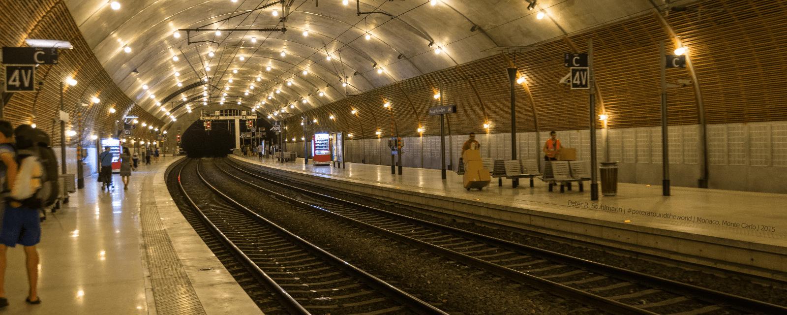 Der Bahnhof Monaco - Monte Carlo ist wegen des Platzmangels im Fürstentum in den Berg gebaut.