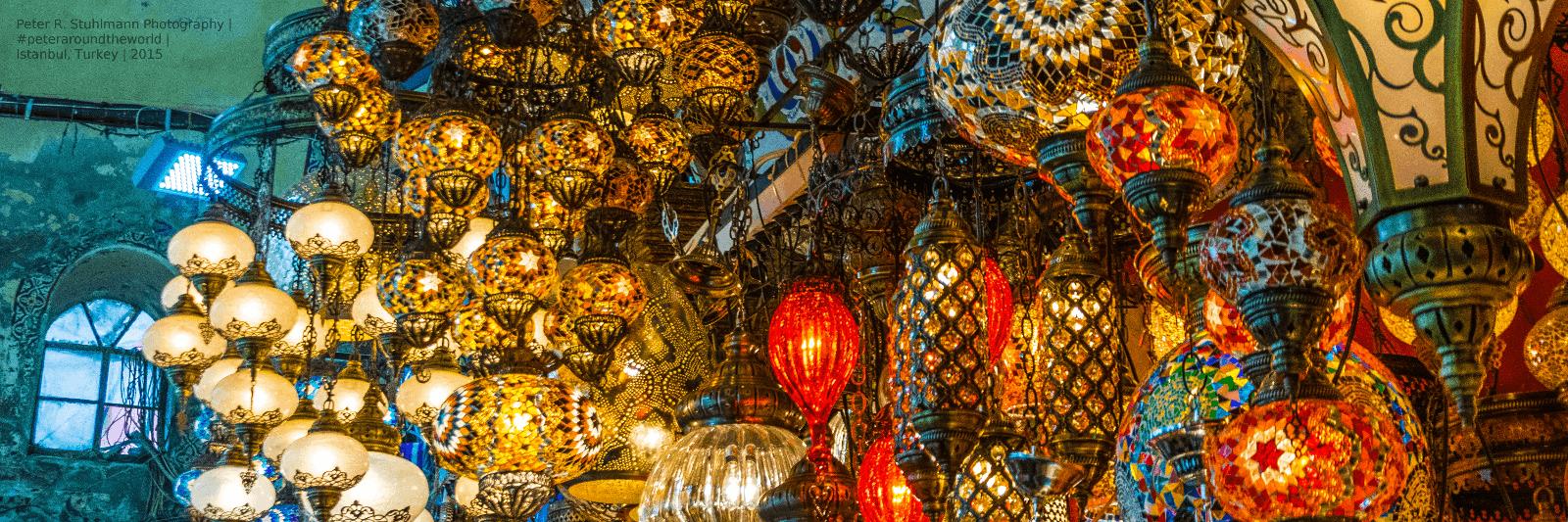 Istanbul Sehenswürdigkieten: Neben Süßigkeiten-Läden gibt es auf dem Großen Basar zahlreiche Lampenläden.