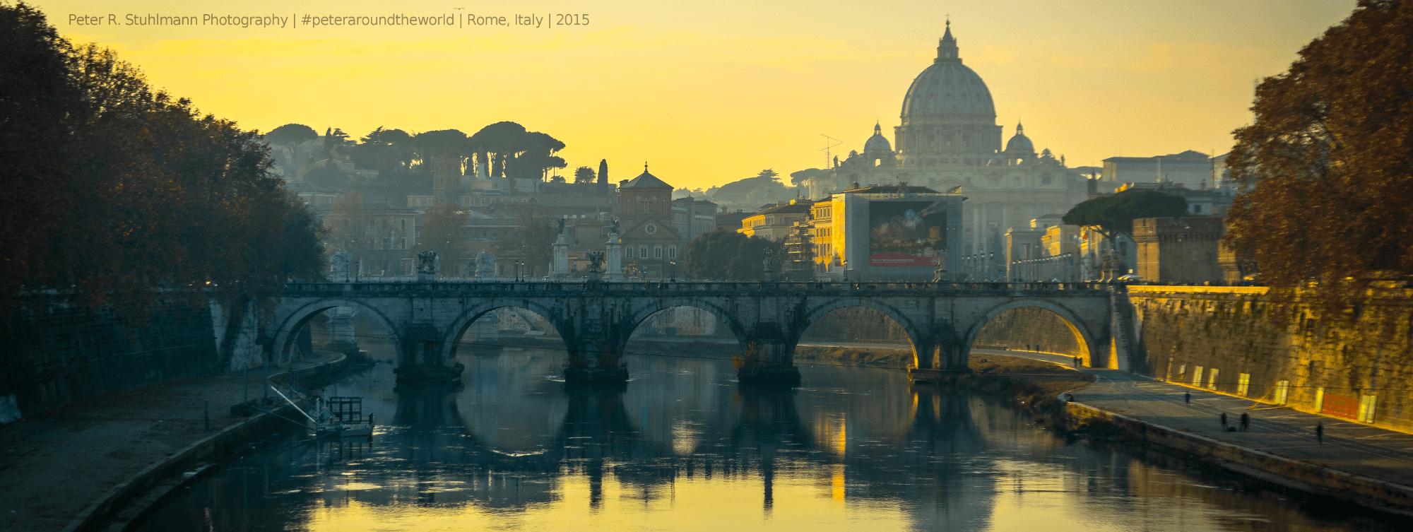 Der Petersdom im Licht der unter untergehenden Sonne, fotografiert von der Ponte Umberto I