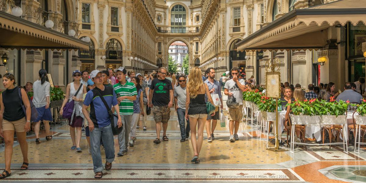 Mailand: In der Galleria Vittorio Emanuele II findet man Luxusgeschäfte wie Versace, Gucci, Armani, Louis Vuitton etc.