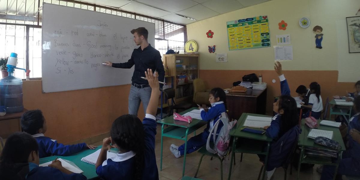 Nach dem Abitur ins Ausland: Ferdinand gibt Englisch-Unterricht an einer Grundschule in Quito, Ecuador.